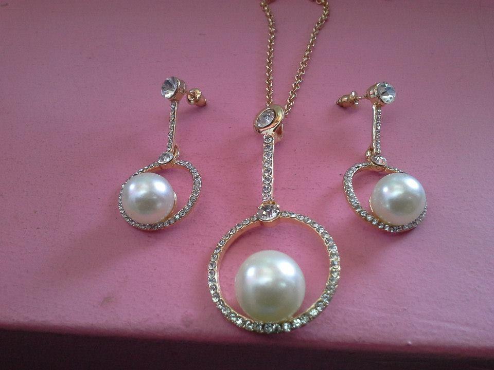 Комплект - колие и обеци със Сваровски елементи и естествени перли
