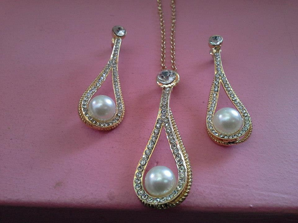 Комплект - колие и обеци  от стомана и Сваровски елементи и естествени перли