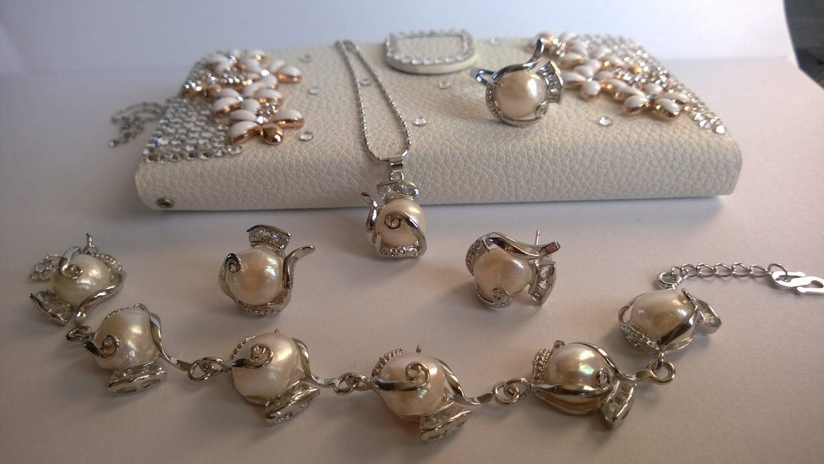 Колие обеци гривна и пръстен от естествени бели перли.С гаранция и сертификат.Телефон 0887 777 240