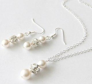 Колие и обеци от култивирани перли и Сваровски елементи