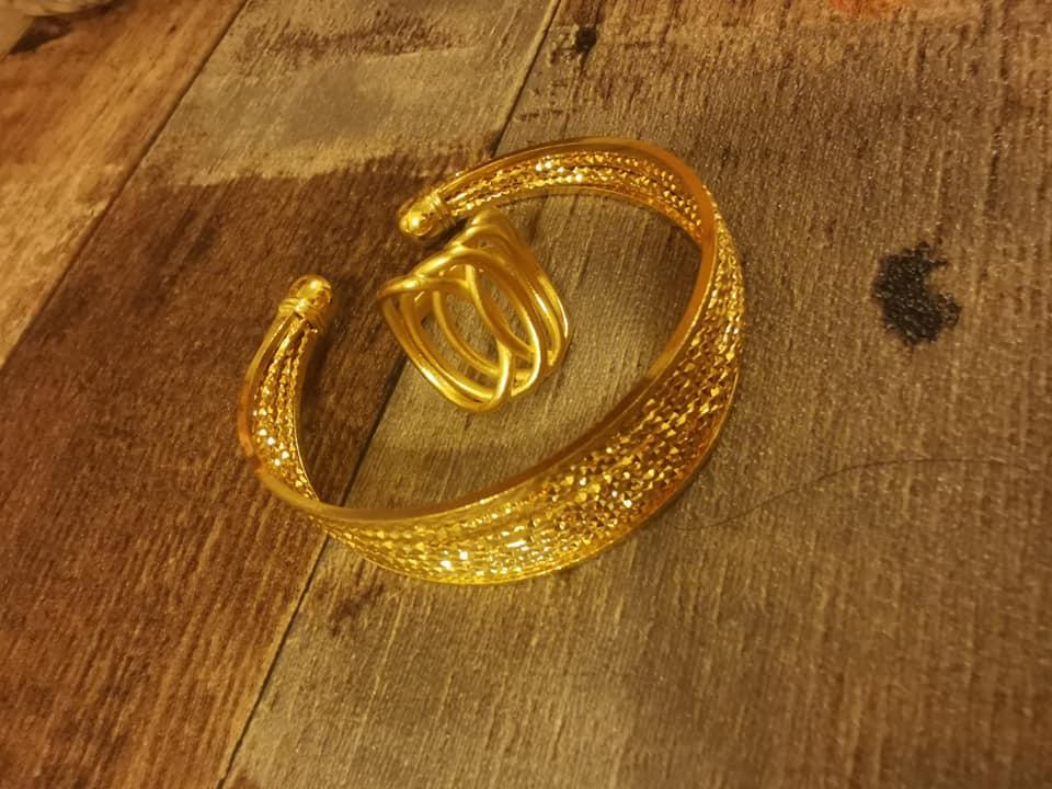 Колие  и пръстен от стомана с регулация.Уникална имитация на истинско златоГривна и пръстен от стомана с регулация.Уникална имитация на истинско злато.