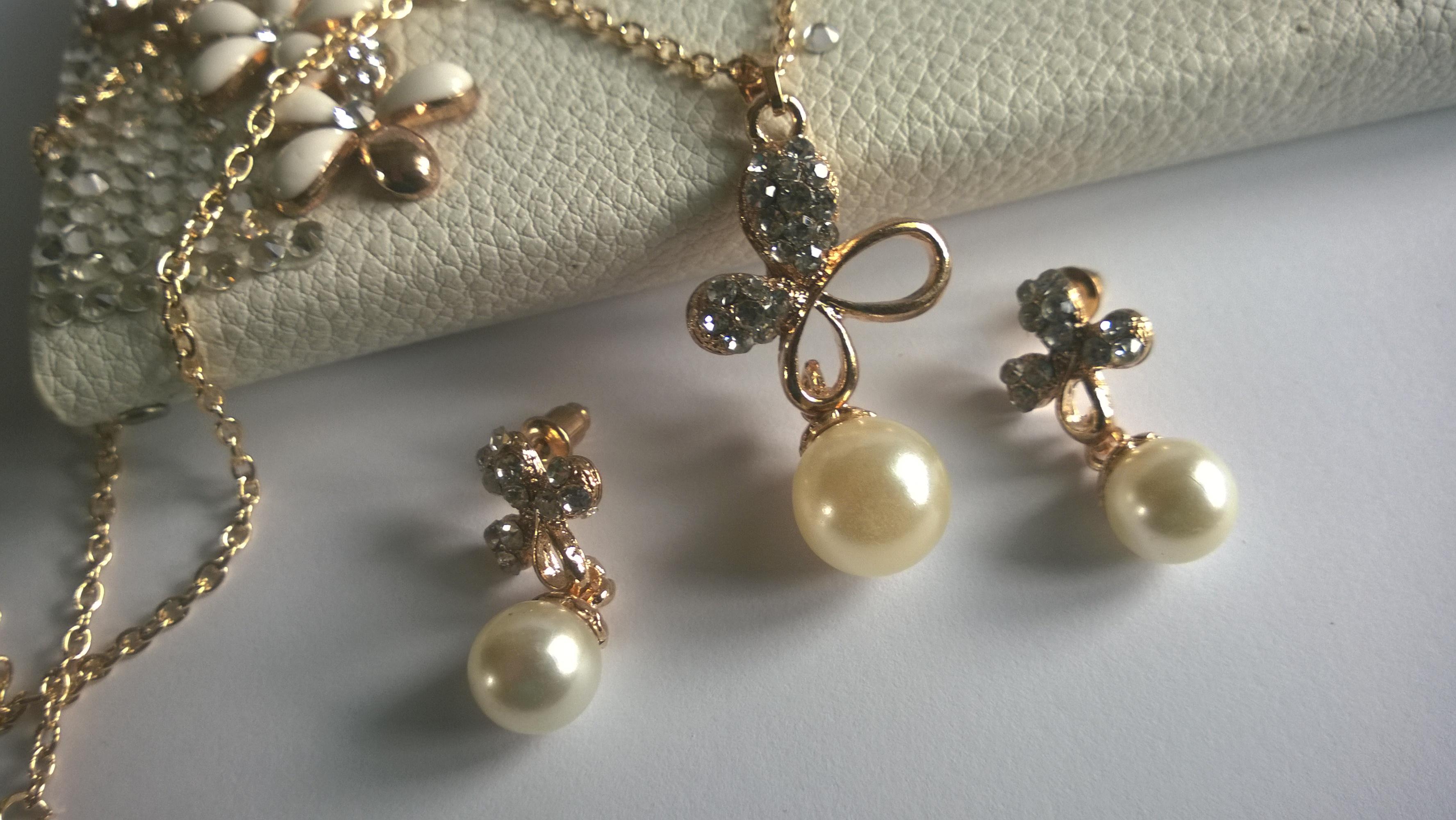 Колие и обеци със златно покритие и естествени култивирани перли
