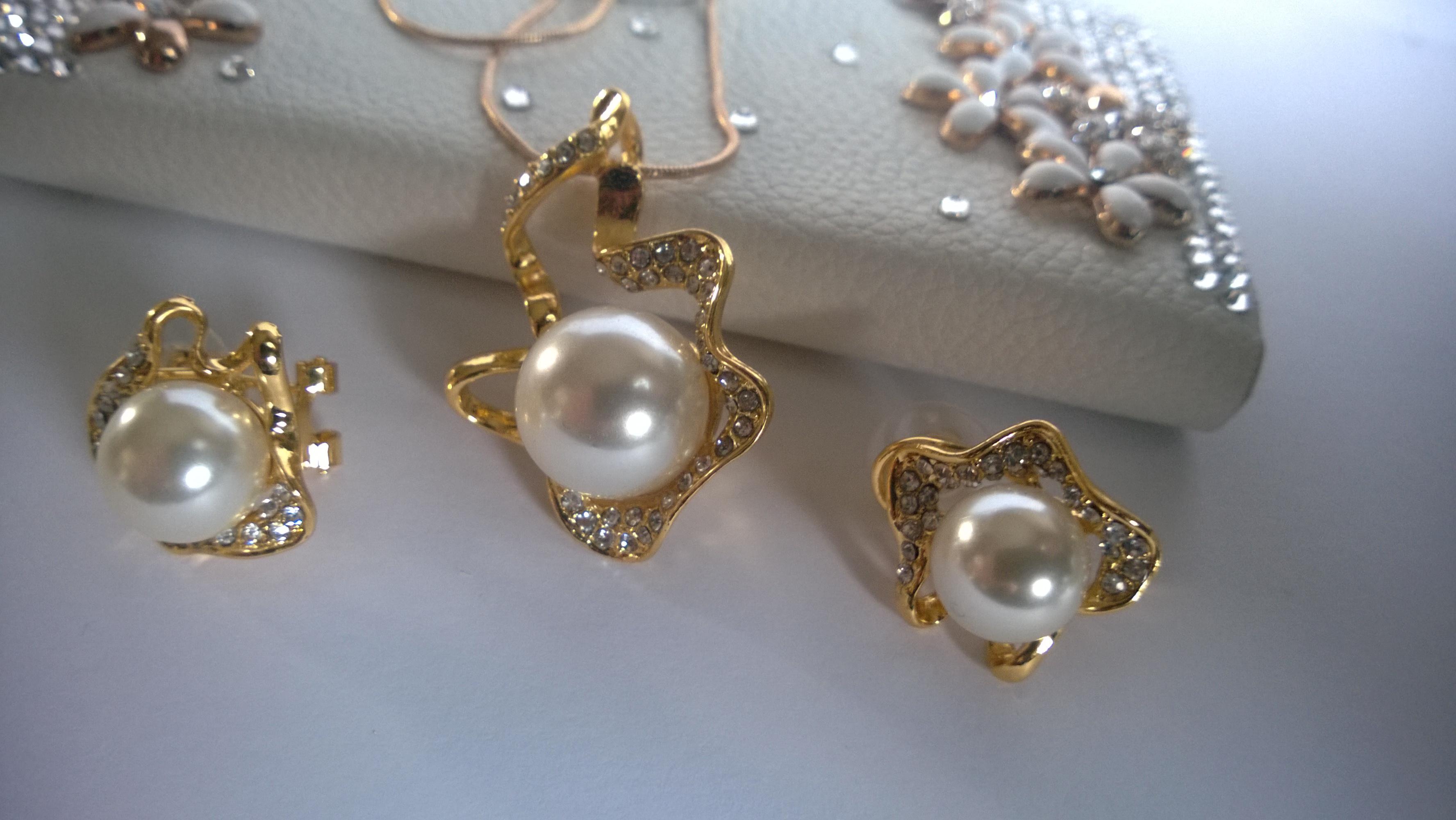 Колие и обеци от култивирани перли, стомана и Сваровски елементи