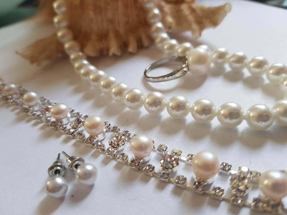 Обеци ,гривна със Сваровски елементи пръстен  и огърлица от естествени перли със сертификат