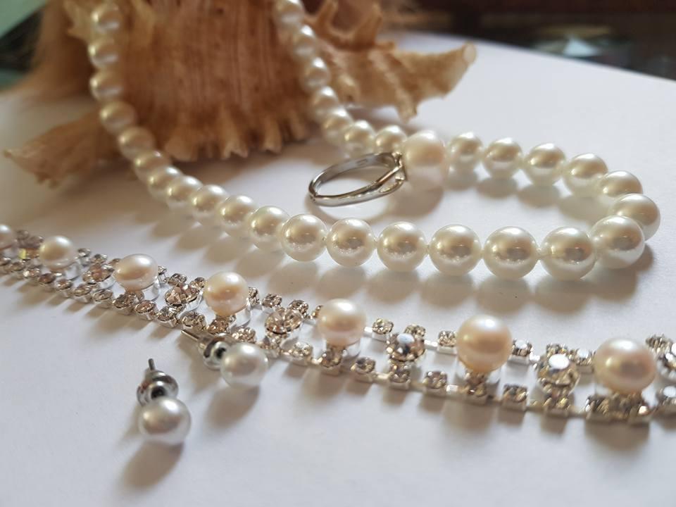Колие, обеци,гривна и пръстен с регулация от естествени перли.Получавате бижутата с гаранция и сертификат