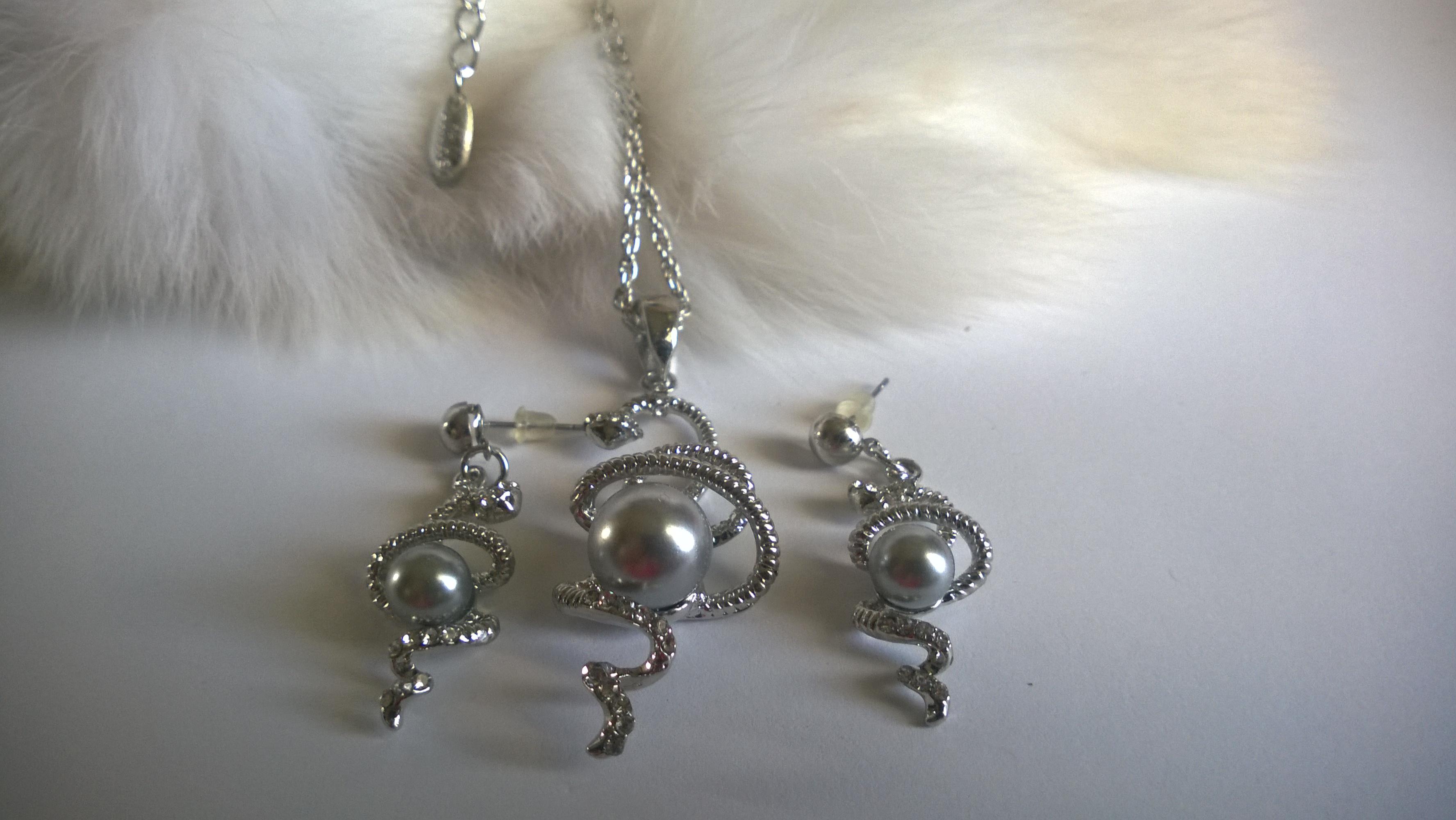 Колие и обеци от естествена перла и бяла