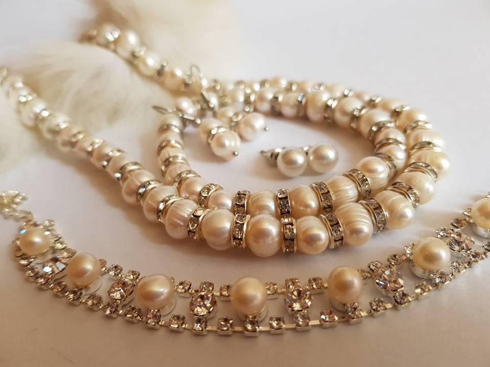 Огърлица, два чифта обеци , два броя  гривни от естествени перли.Голям сет с подаръци.Получавате всичко от снимката и сертификат.
