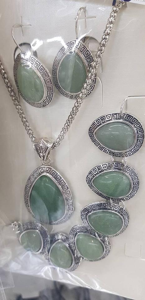 Колие обеци и гривна от естесвени камъни-зелен нефрит