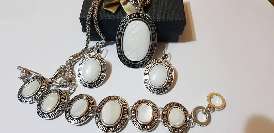 Комплект от естествени камъни бял седеф за всиччки зодии.Камък със защита от лоши енергии