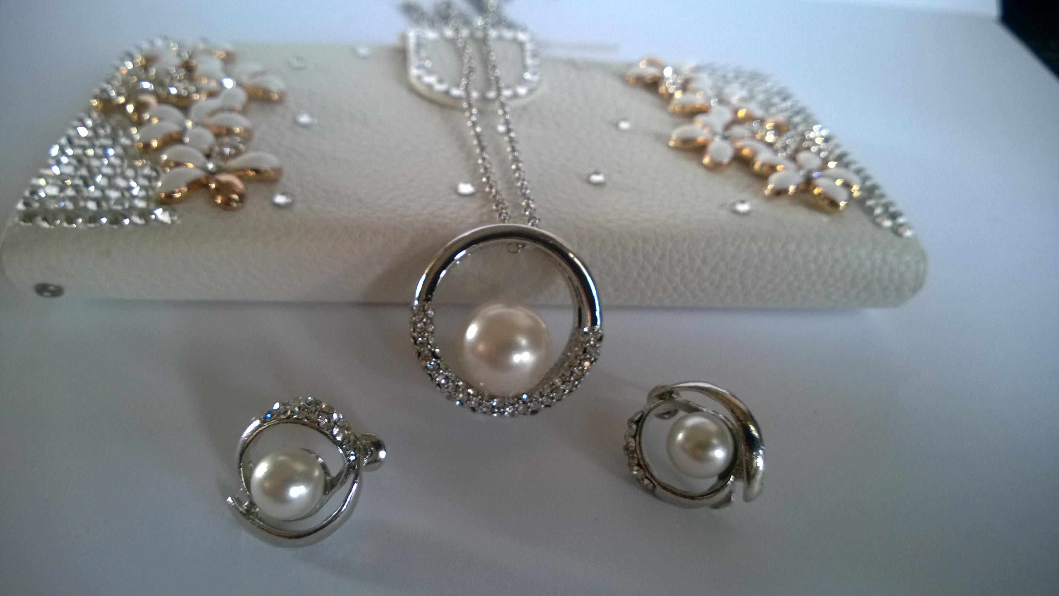 Колие и обеци от естествени перли със Сваровски елементи и бяло златно покритие