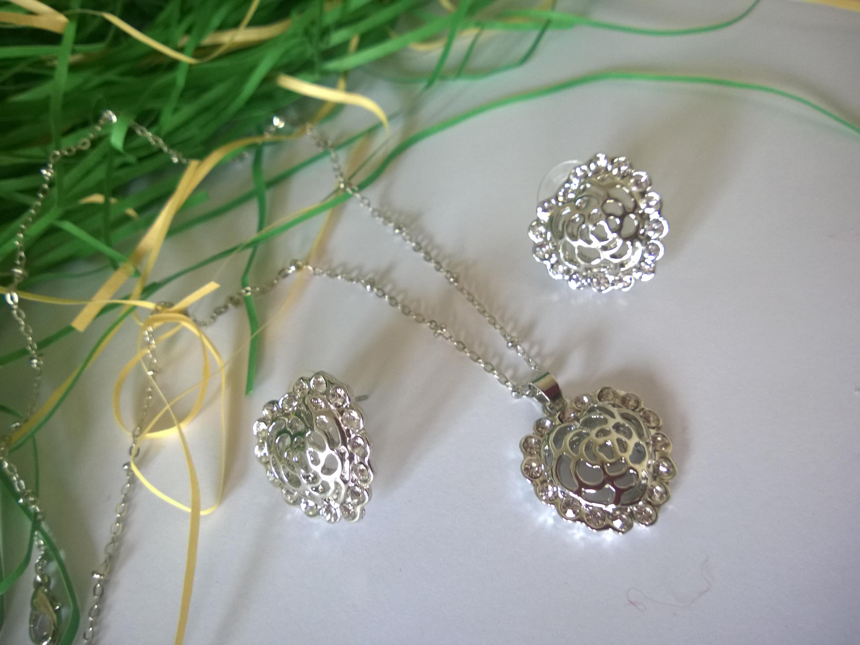 Колие и обеци с  австрийски кристали.