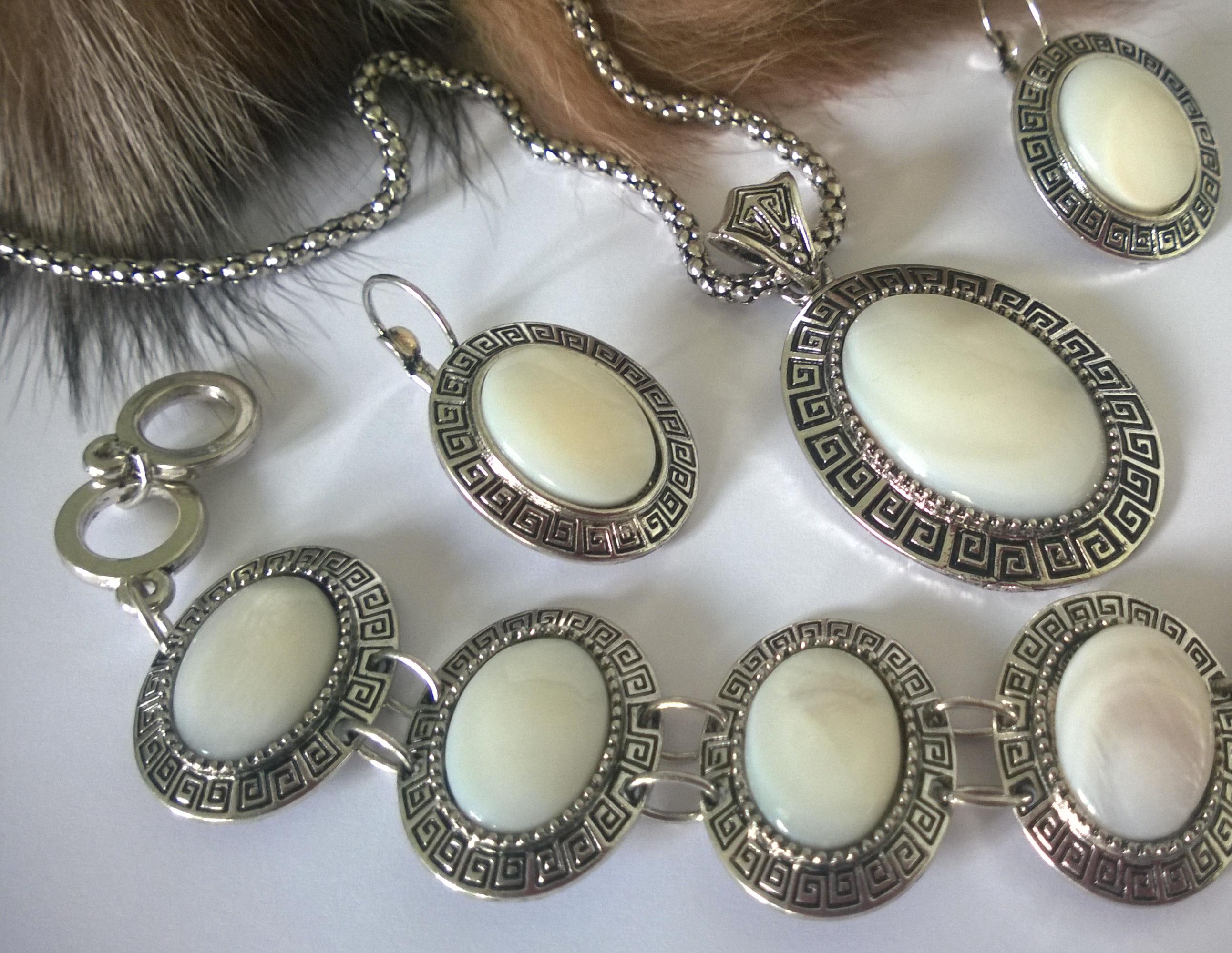 Колие обеци и гривна от естесвени камъни-седеф
