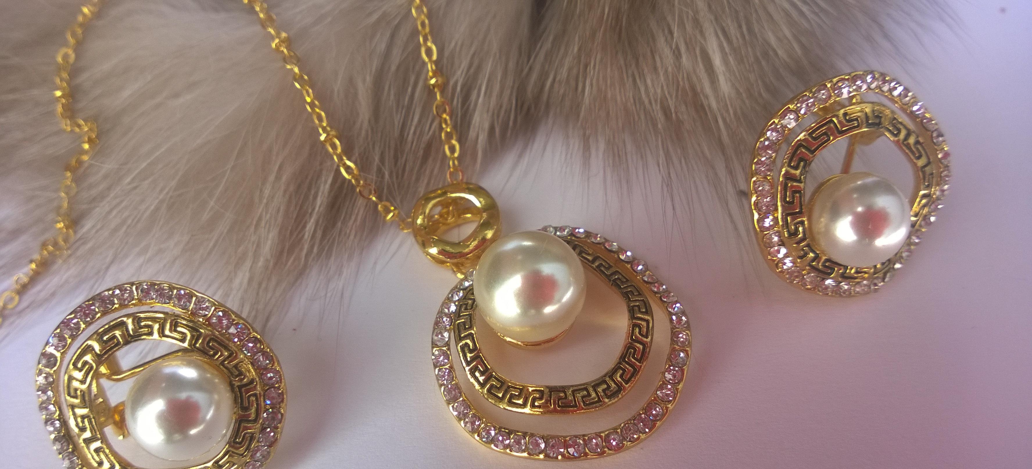 Колие и обеци от естествено морски перли уникат бижута