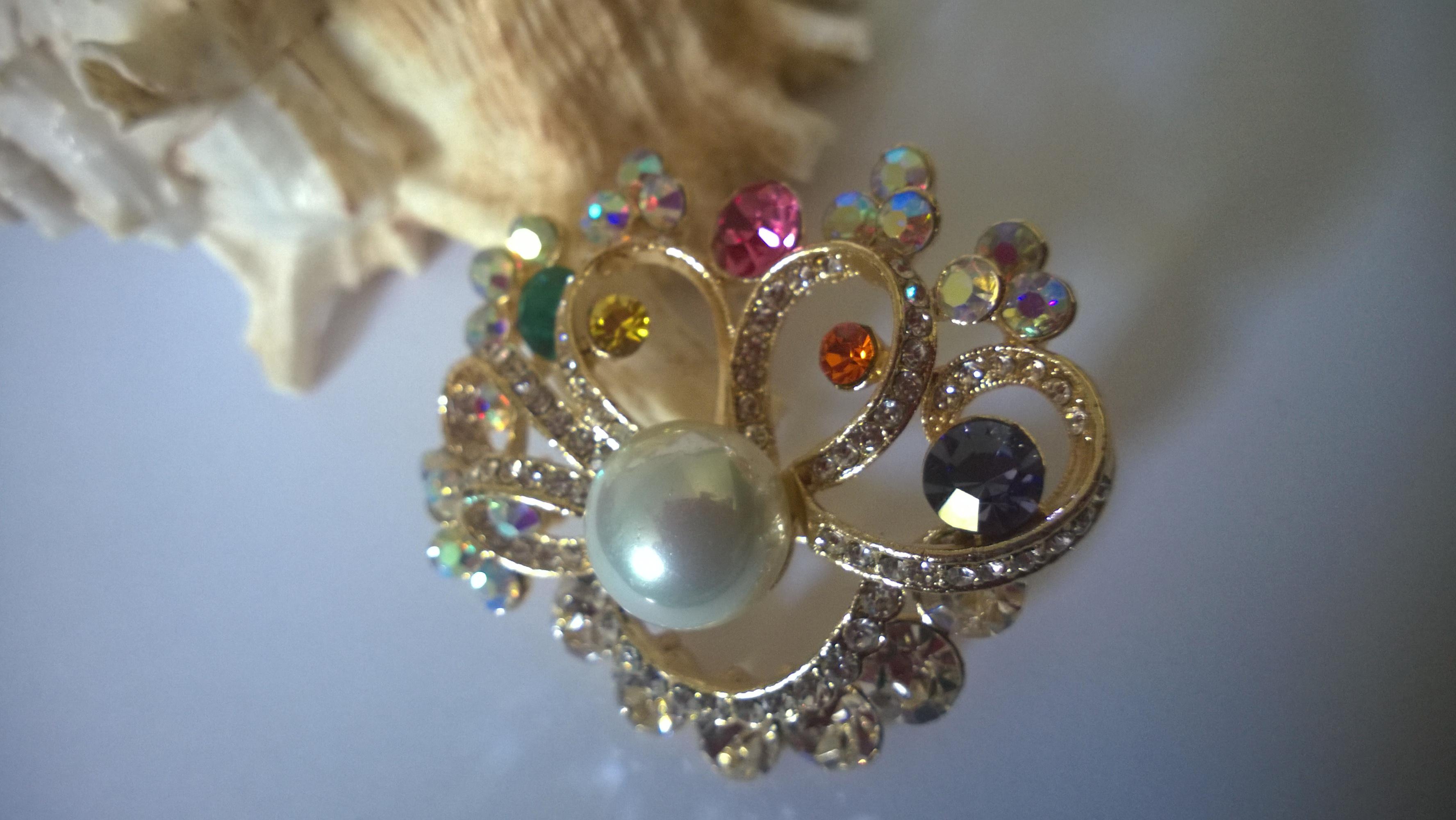 Изискана дамска брошка с  с австрийски кристали, 18К жълто злато и естествени перли