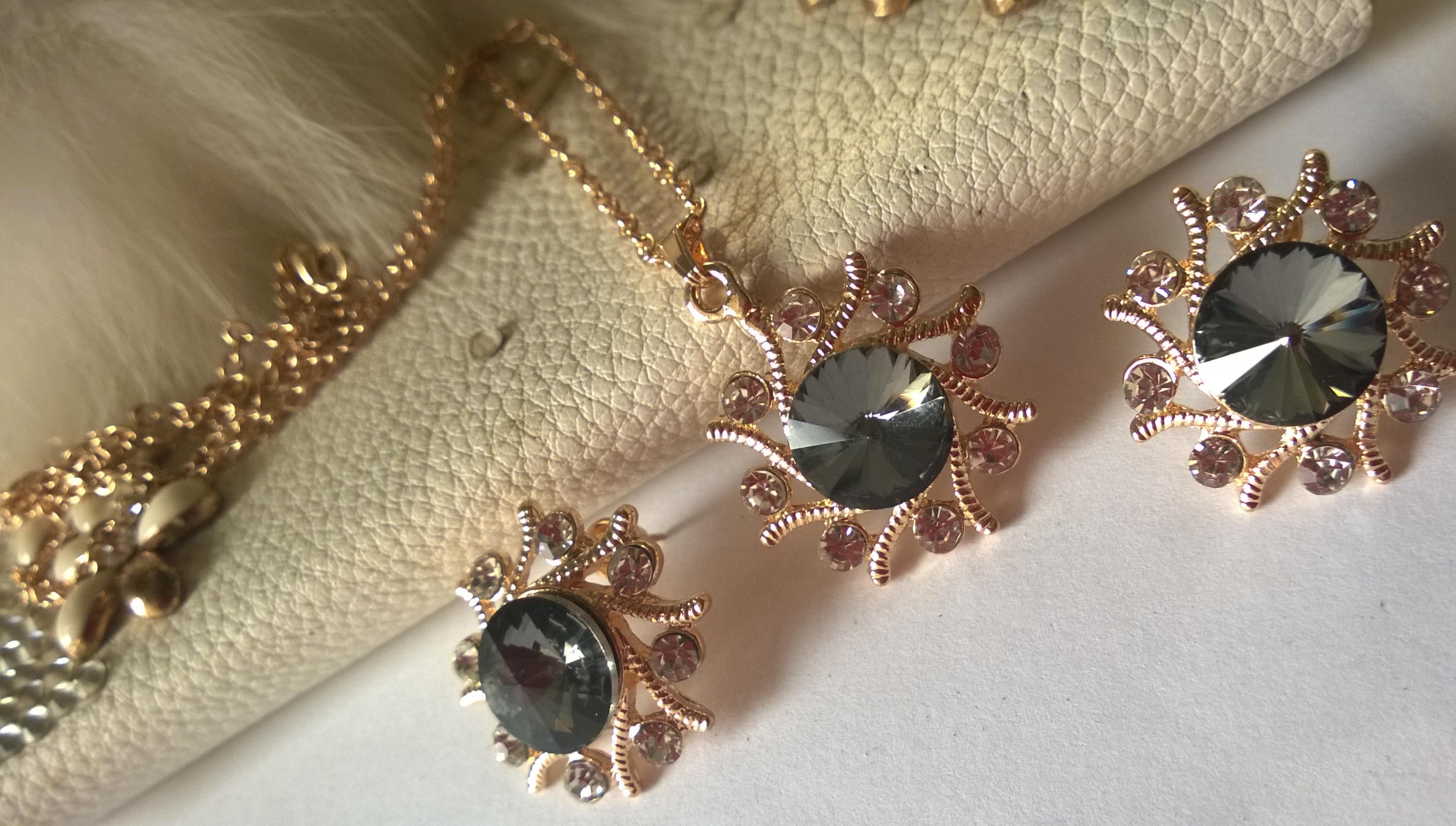 Бижута от кристали и стомана