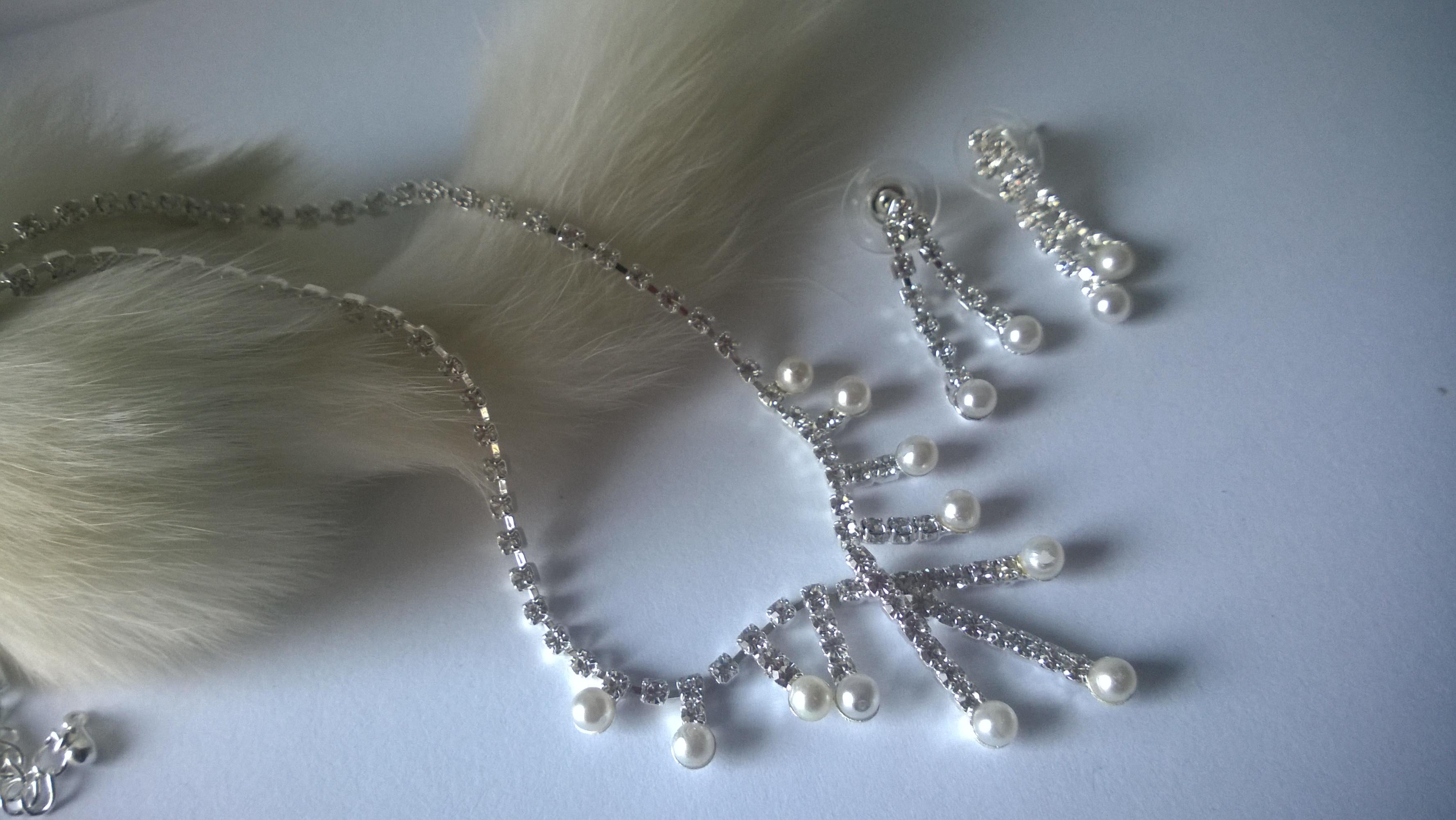 Колие и обеци-бижута от Сваровски елементи и стомана и перли