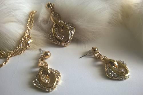 Колие и обеци-бижута от Сваровски елементи и стомана