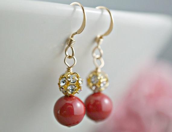 Обеци от естествени перли -метал на обеците стомана.Червена перла